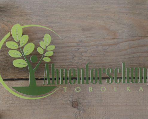 Ahnenforschung Tobolka Firnenschild an der Wand